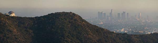 Смог над Лос-Анджелесом во второй половине дня. Слева — Гриффитская обсерватория